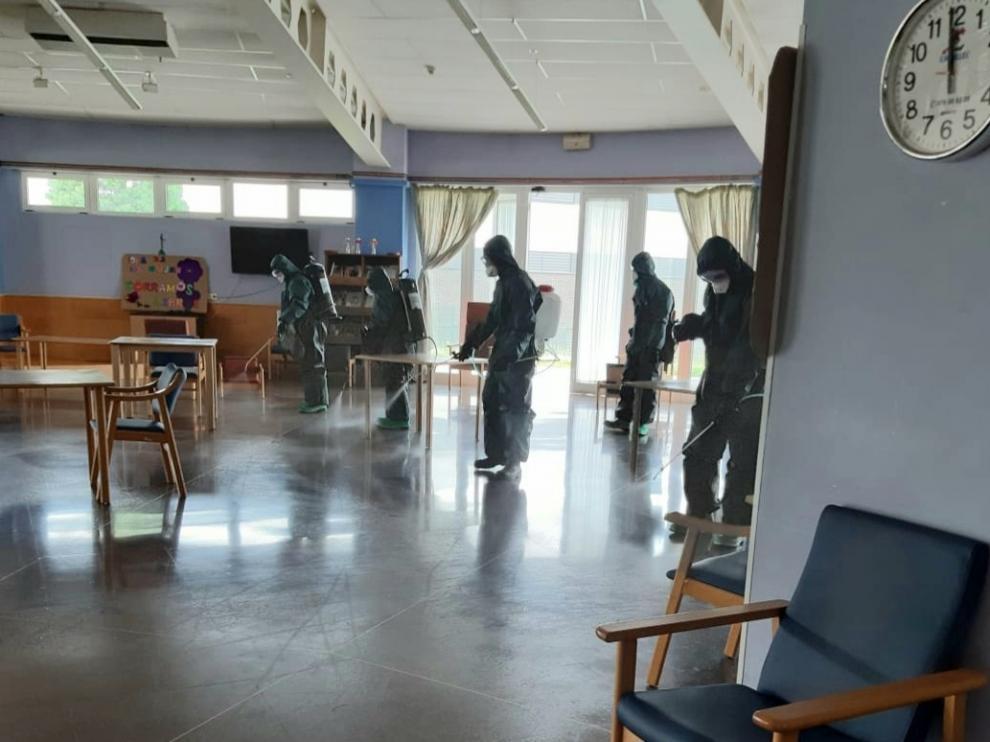 El Ejército desinfecta el centro de mayores Las Huertas de Barbastro
