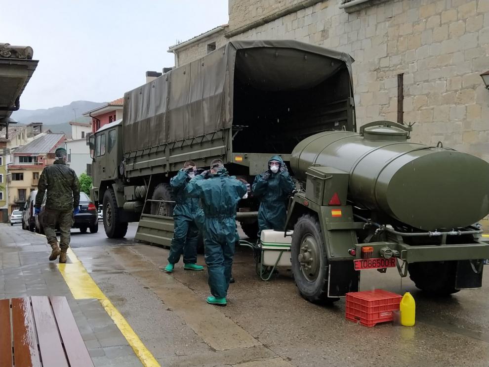 La Unidad Militar de Emergencias realiza tareas de desinfección en la Residencia de Graus