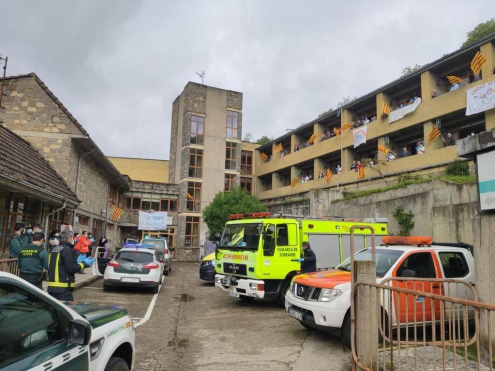 Los servicios de emergencia aplauden a los mayores de la residencia de Aínsa