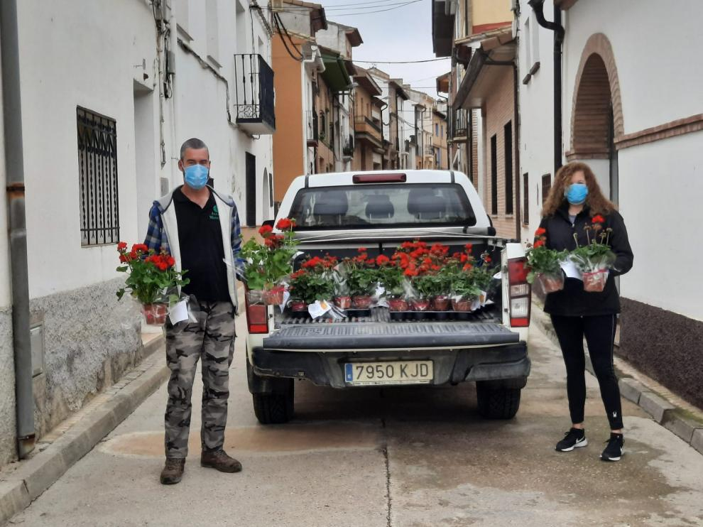 Los vecinos de los núcleos de Peralta de Alcofea reciben un detalle en el Día de San Jorge