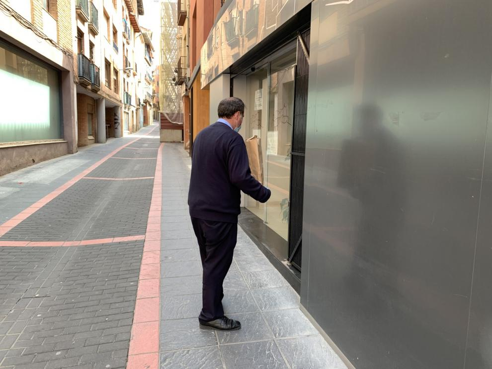 El Ayuntamiento de Monzón reparte 150 mascarillas quirúrgicas a los comerciantes