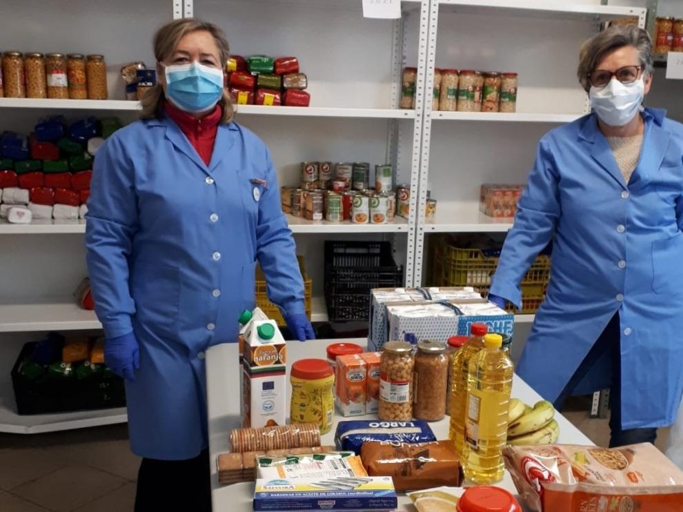 Cáritas Sabiñánigo echa una mano repartiendo lotes de alimentos