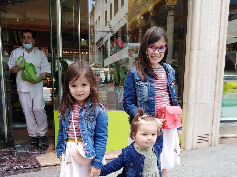 Los niños salen por fin a la calle tras el confinamiento por el coronavirus en una jornada de risas tras la mascarilla