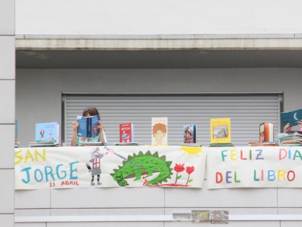 Marta Martínez Arnal y Laura Arna ganan el concurso de decoración de balcones de Huesca