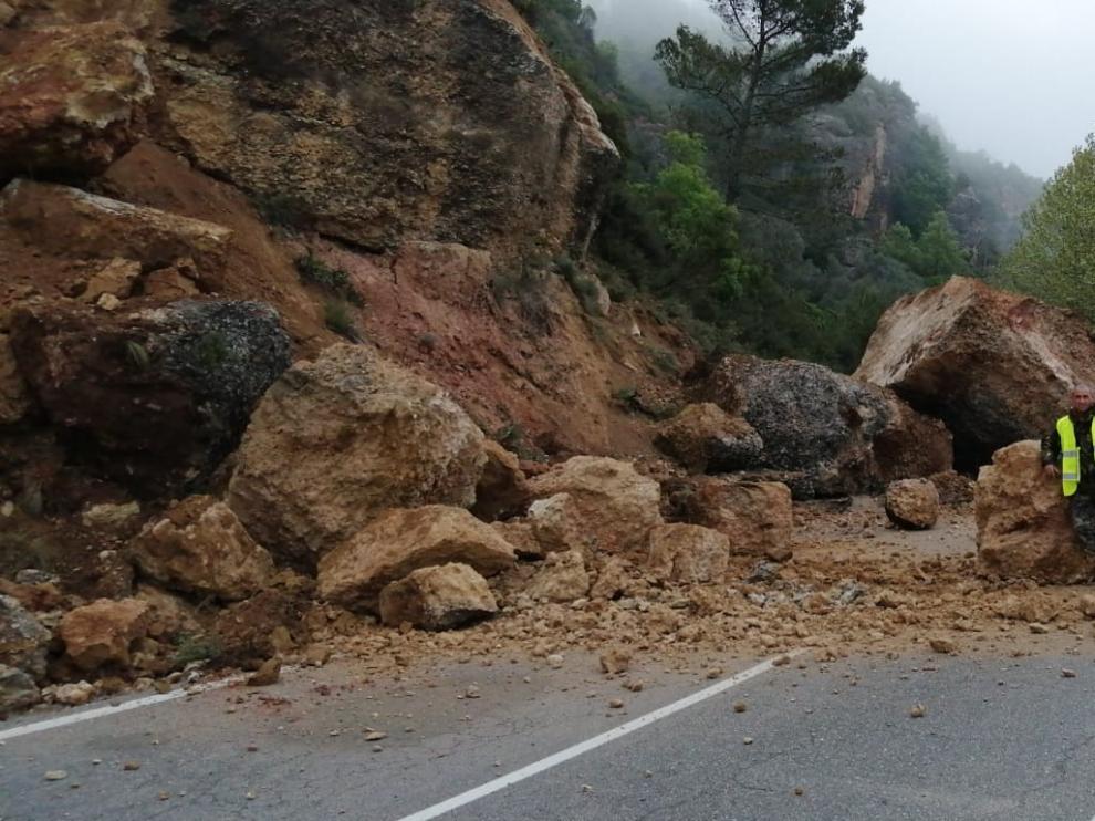 Cerrada al tráfico la carretera entre Naval y Colungo a causa del hundimiento de la calzada