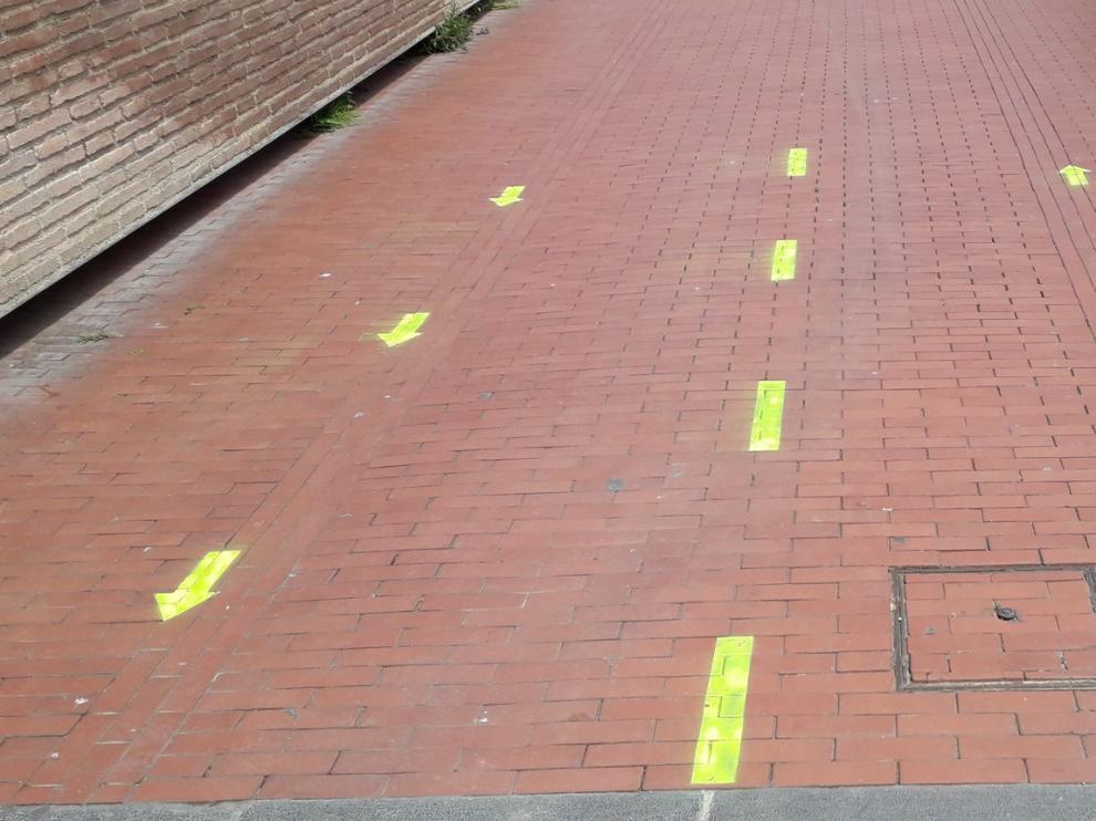 Monzón señaliza el sentido de la circulación de peatones