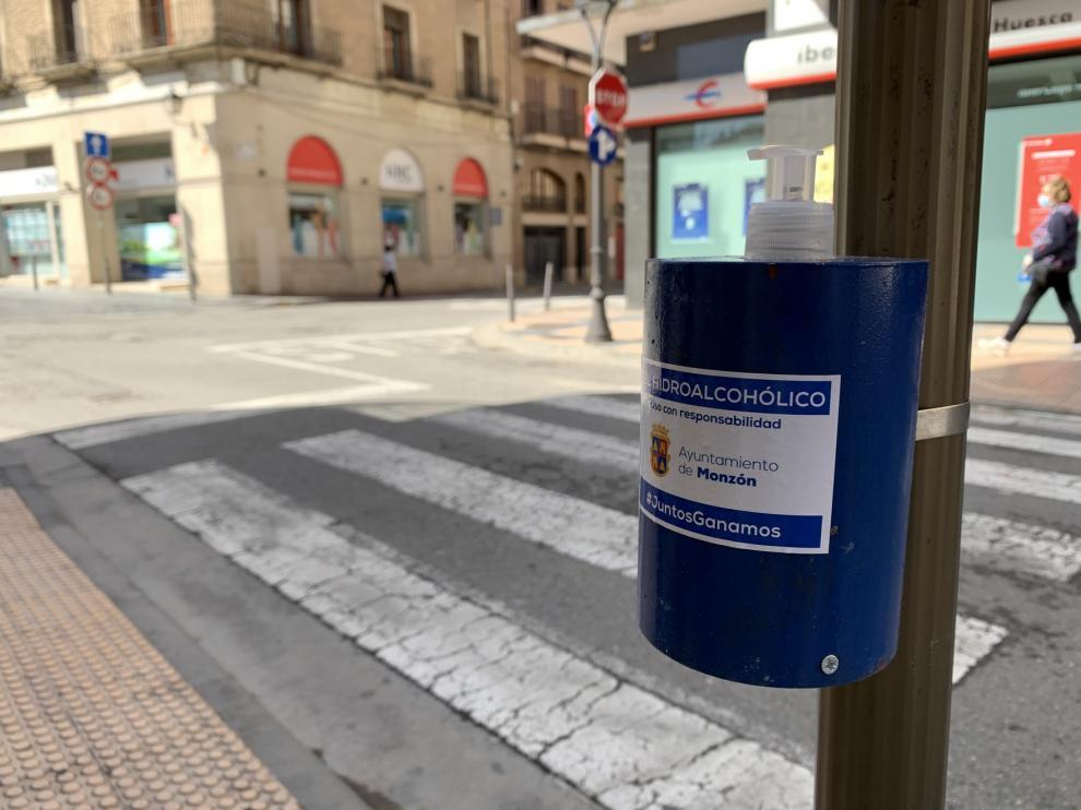 El Ayuntamiento de Monzón coloca geles hidroalcohólicos en diferentes puntos de la ciudad