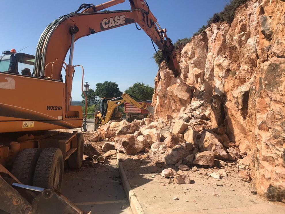 El agua origina grietas de 20 metros en el muro del aparcamiento de Alquézar