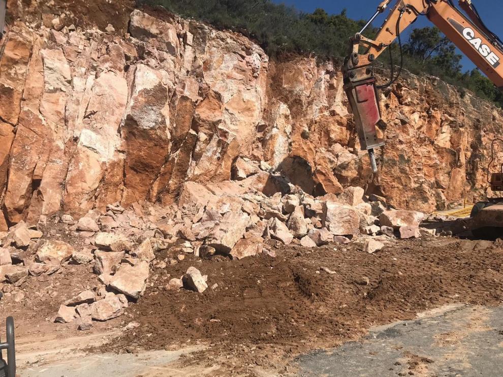 Retiran 150 toneladas de piedra del parquin de Alquézar