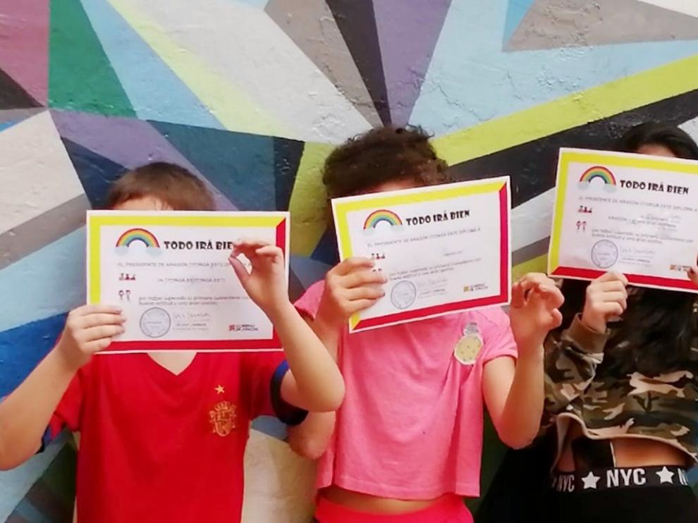 """Los pequeños en acogida de Aragón reciben el diploma que les acredita como """"héroes del confinamiento"""""""