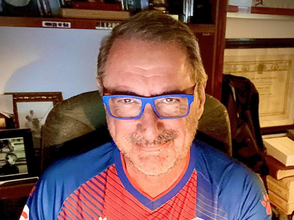El periodista Carlos Herrera se pone la camiseta del Huesca en su retransmisión de este lunes