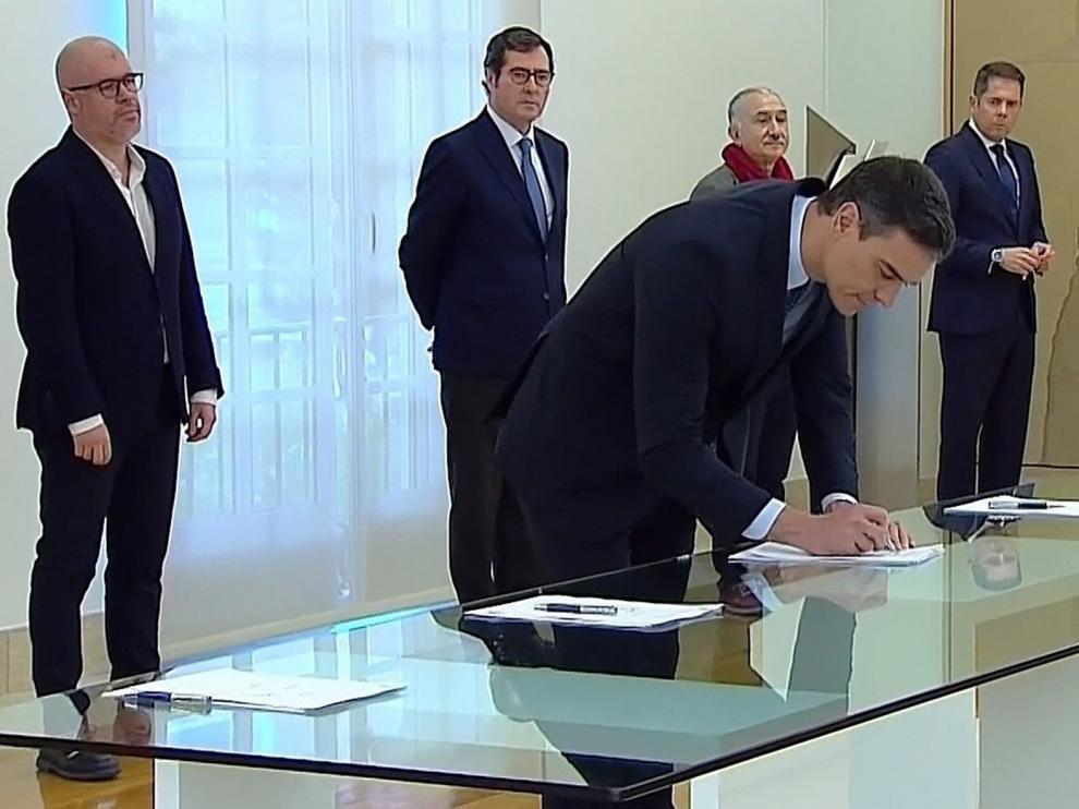 Gobierno, sindicatos y Ceoe firman el pacto que prorroga los ERTE