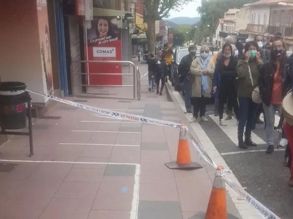 Colas de franceses en El Pertús para comprar en la acera española