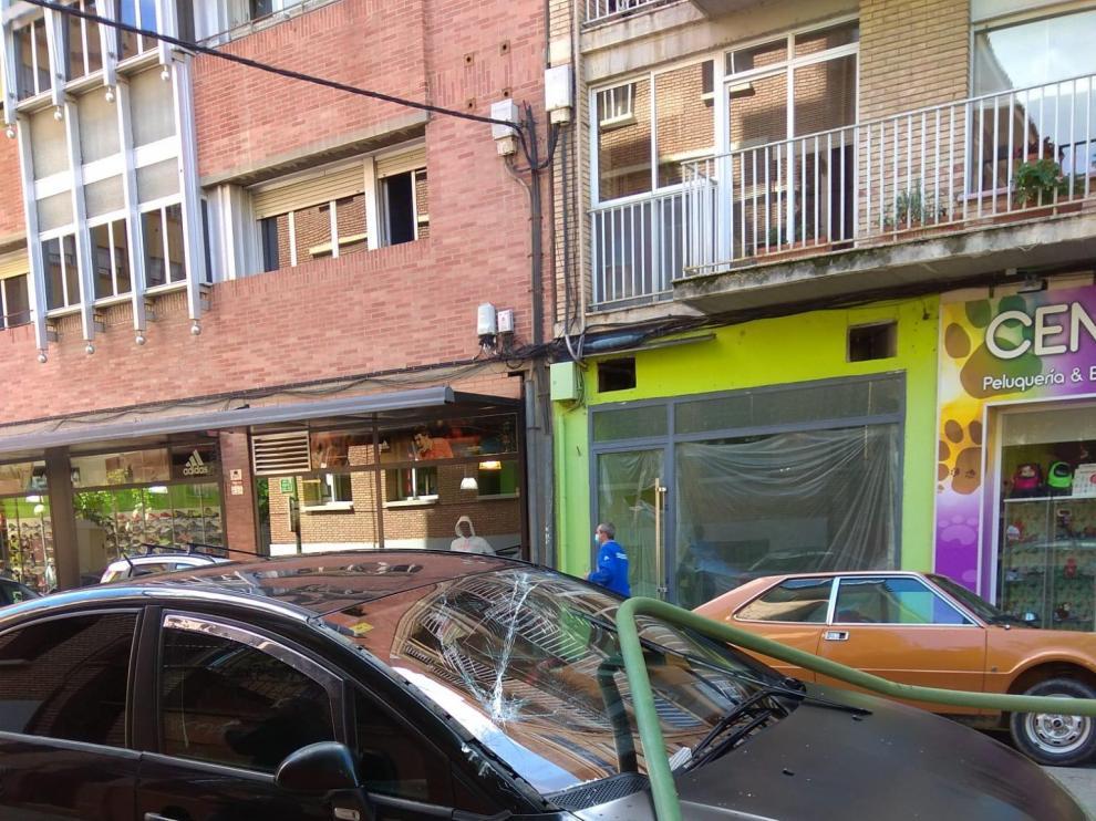 Una farola en mal estado cae sobre dos coches en la calle Ricardo del Arco de Huesca