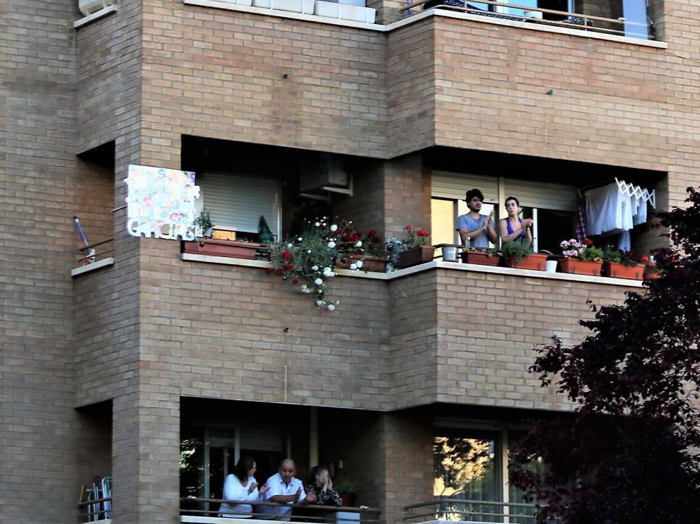 Último aplauso a los sanitarios desde los balcones