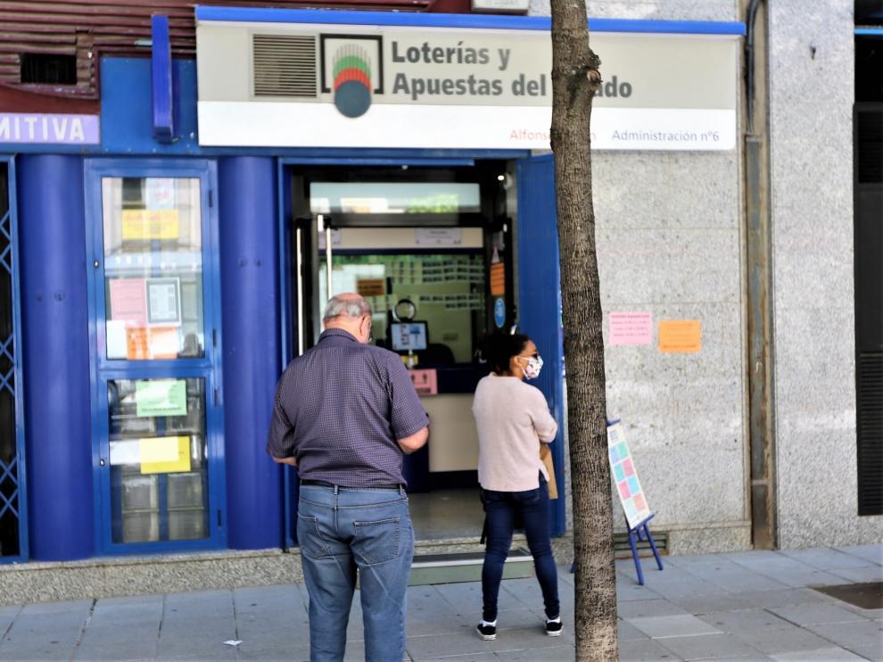 Los despachos de lotería abren con una oferta más reducida
