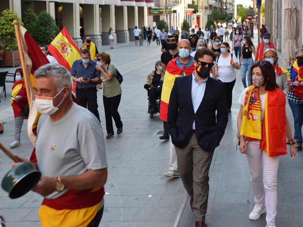 """El """"paseo"""" contra el Gobierno reúne a unas decenas de personas en Huesca"""
