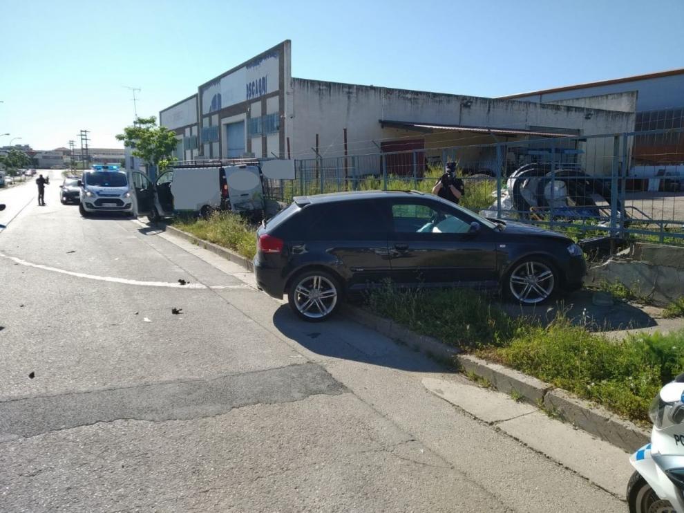 Un conductor sin carné colisiona con una furgoneta y un muro cuando era perseguido por la Policía Local de Huesca