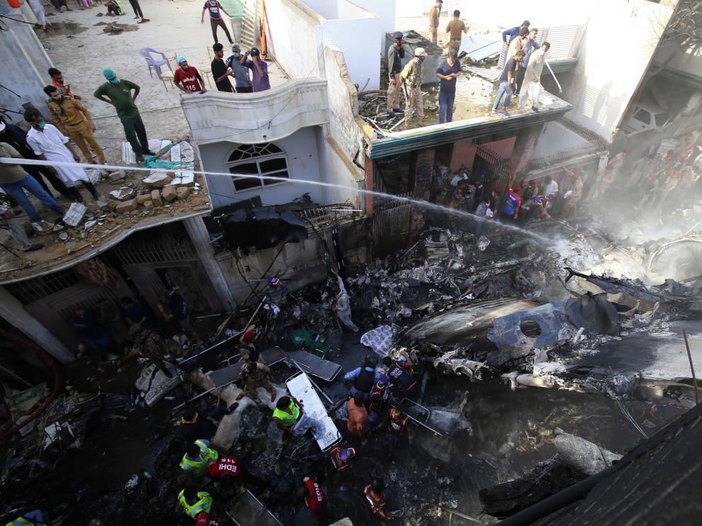 Un accidente de avión causa 73 muertos en Pakistán