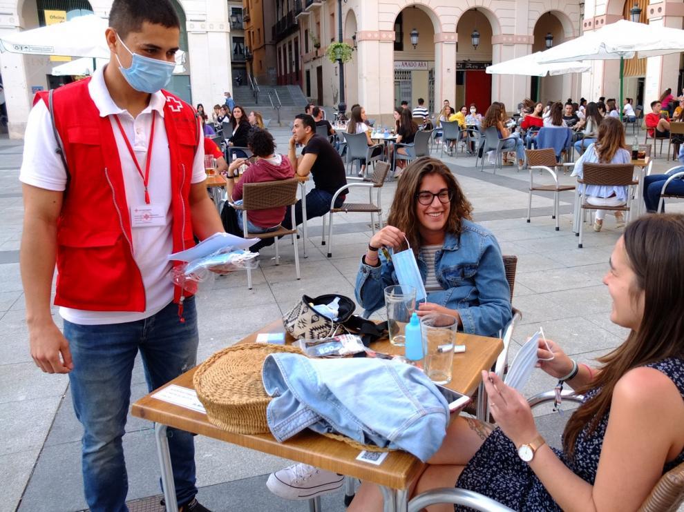 Cruz Roja reparte mascarillas en Huesca y da consejos sobre su uso