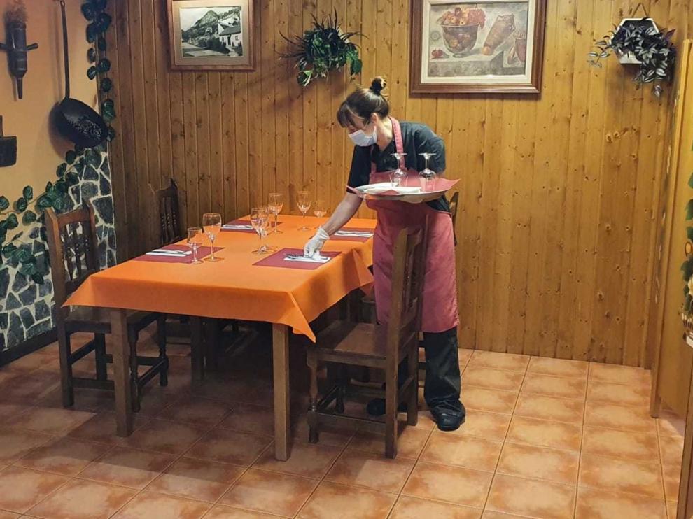 Tímida apertura de comedores en pueblos, a la espera de más pasos en la desescalada