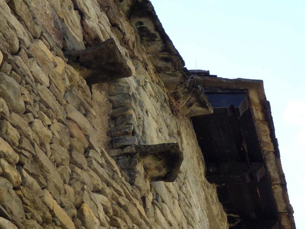 Piedras casaderas, son losas cerca de un balcón que sale de la fachada del edificio