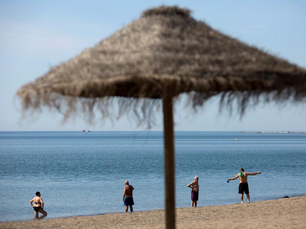 Sanidad recomienda extremar las medidas de distanciamiento social e higiene en las playas