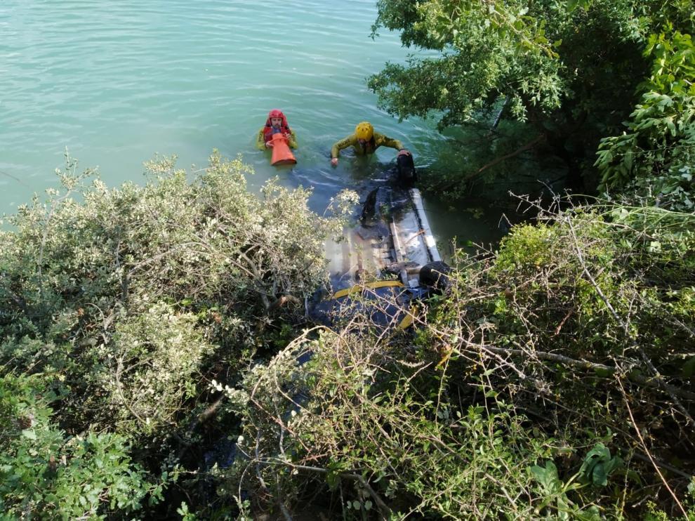 Fallece una menor al precipitarse el vehículo que conducía su madre al embalse de Barasona