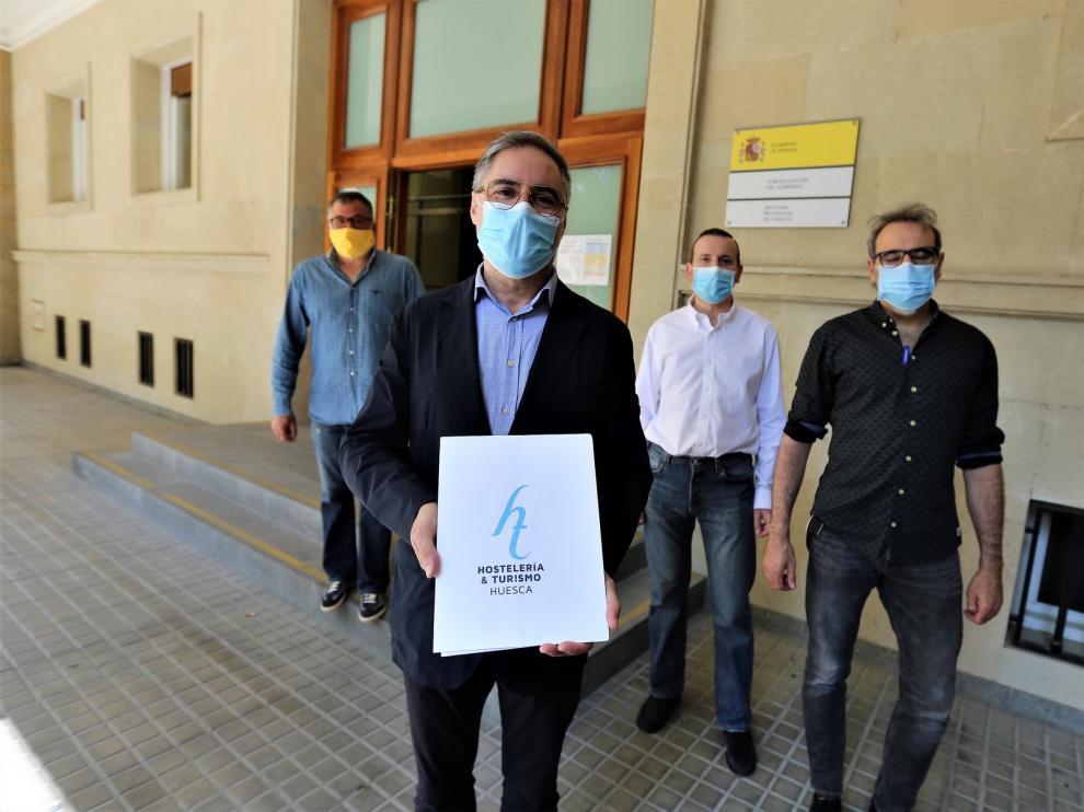 Hosteleros oscenses entregan en la Subdelegación del Gobierno en Huesca un paquete de medidas para reactivar el sector