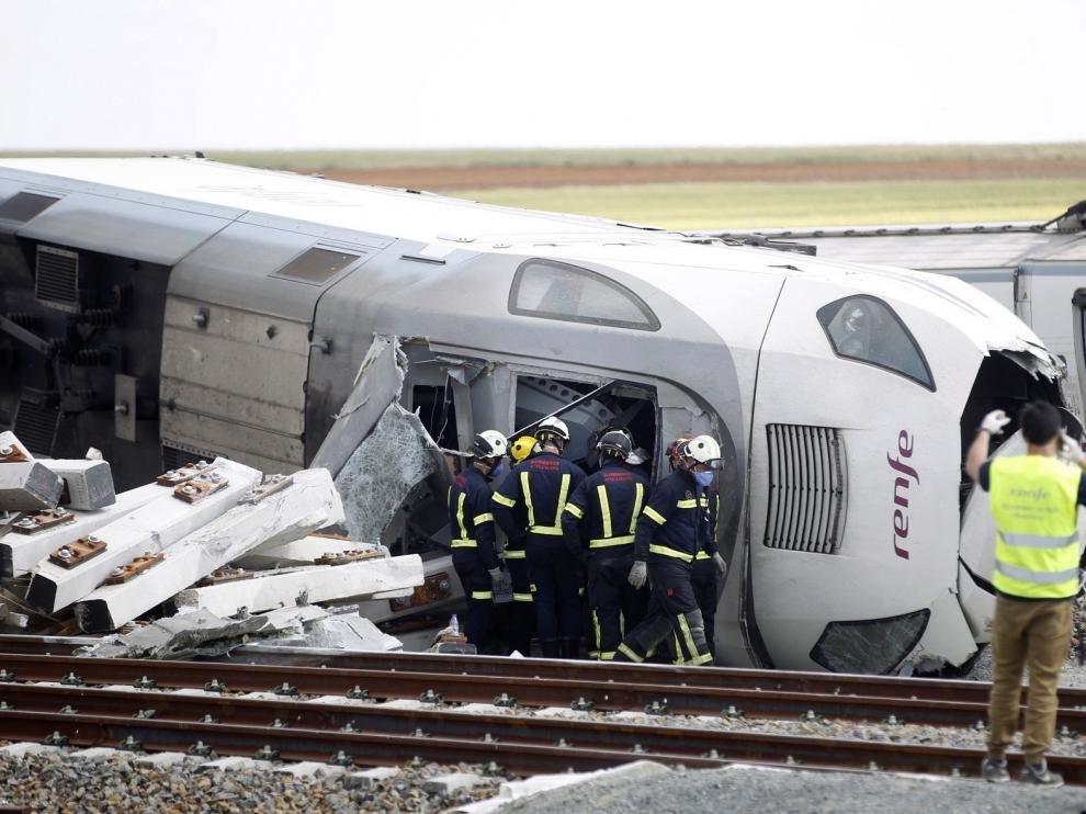 Técnicos y Guardia Civil inspeccionan la zona tras el accidente del Alvia