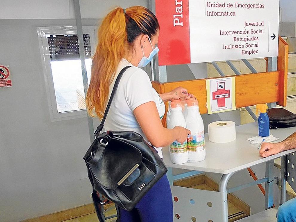 Cruz Roja Huesca reparte 4.050 litros de leche a 220 familias
