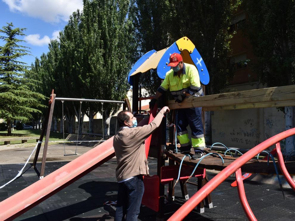 El ayuntamiento de Monzón lleva a cabo mejoras en una treintena de zonas de juegos infantiles