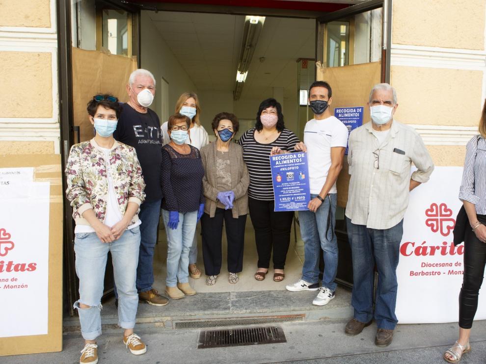 """Barbastro muestra su solidaridad con Cáritas con la recogida de alimentos de la campaña """"Kilo-Foto"""""""