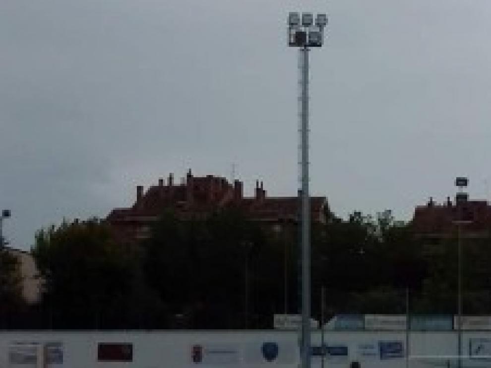 El Ayuntamiento de Jaca instala los nuevos postes de iluminación en el campo municipal de Oroel