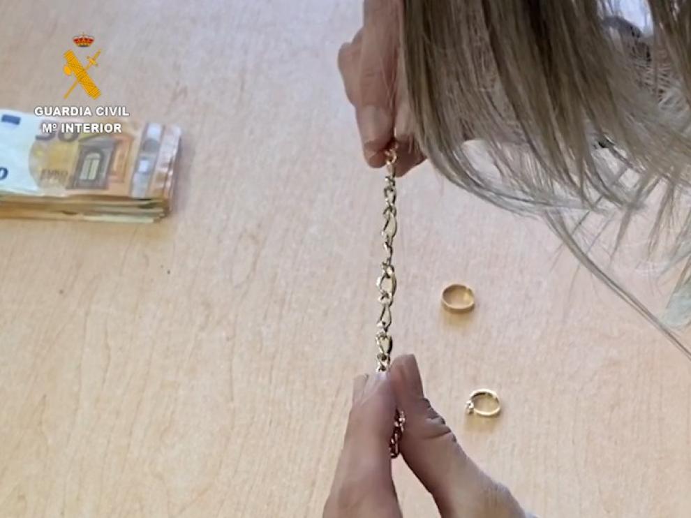 Detenida una vecina del Cinca Medio por estafar más de 100.000 euros y joyas a la anciana que cuidaba