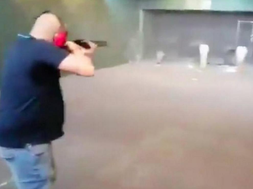 Investigan un vídeo donde disparan a fotos de Sánchez, Iglesias y Marlaska