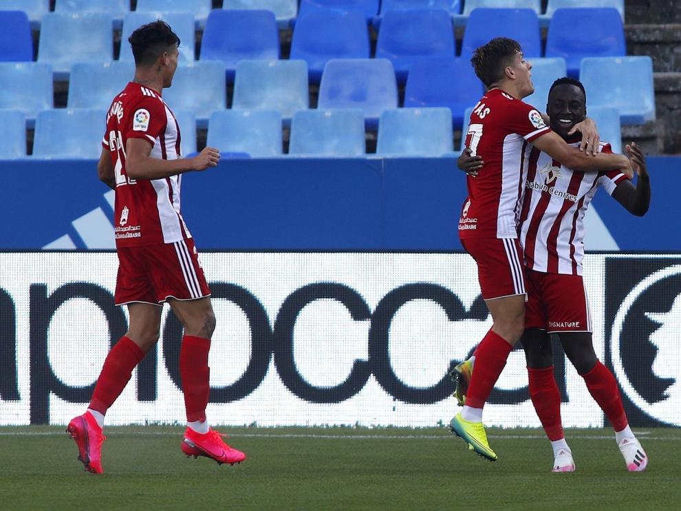 El Almería vuelve a apretar la zona alta