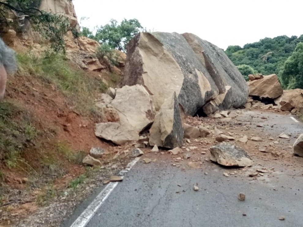 La caída de una roca de grandes dimensiones corta el tráfico entre Abiego y Azlor