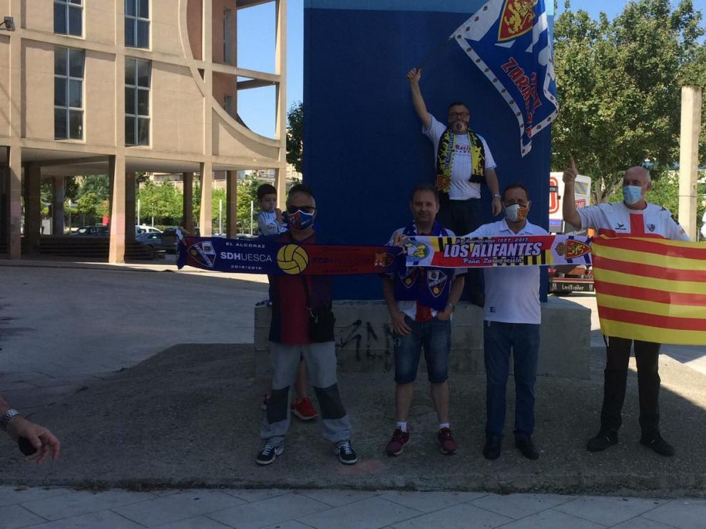 Aficionados del Huesca y Zaragoza viven un hermanamiento junto a La Romareda