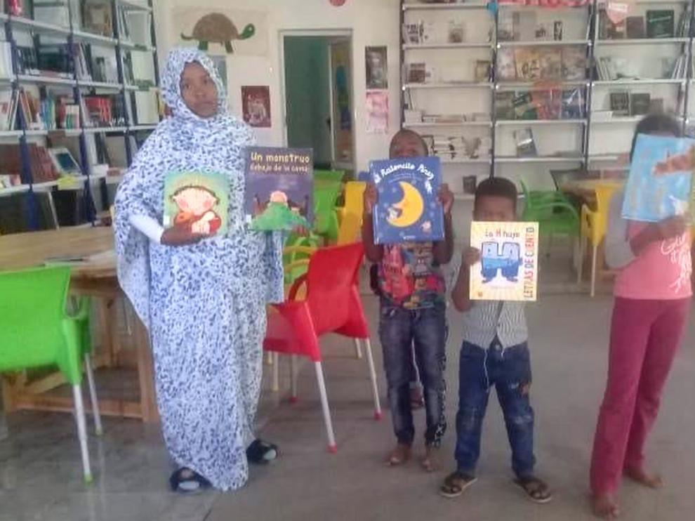 La Biblioteca de Monzón dona cuentos a niños saharauis