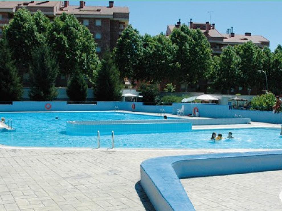 La piscina municipal de Jaca ha abierto sus puertas al público este miércoles con medidas de seguridad