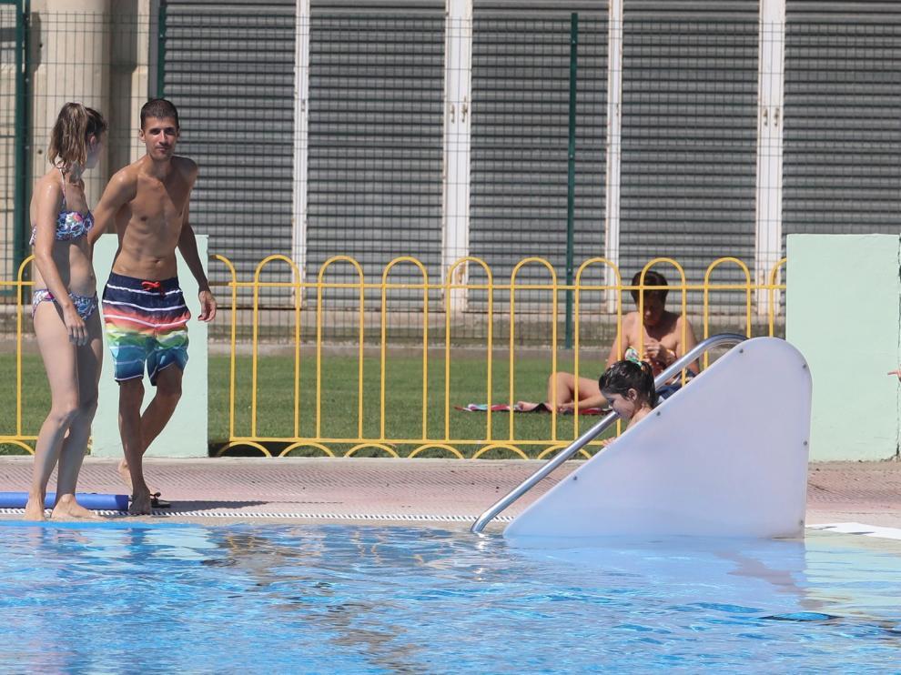 Primer chapuzón en las piscinas municipales de Huesca marcado por el coronavirus