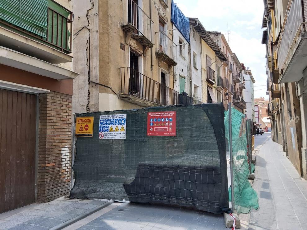 Comienza la demolición de tres edificaciones en las calles Pablo Sahún y Val de Barbastro