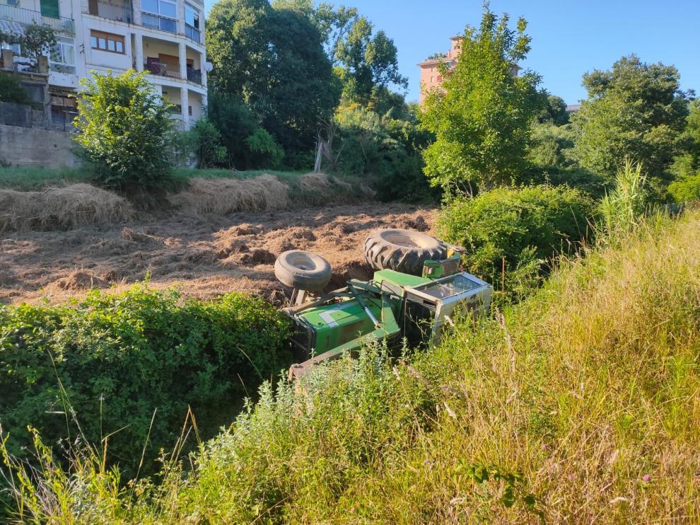 Un agricultor resulta ileso tras volcar su tractor en Barbastro