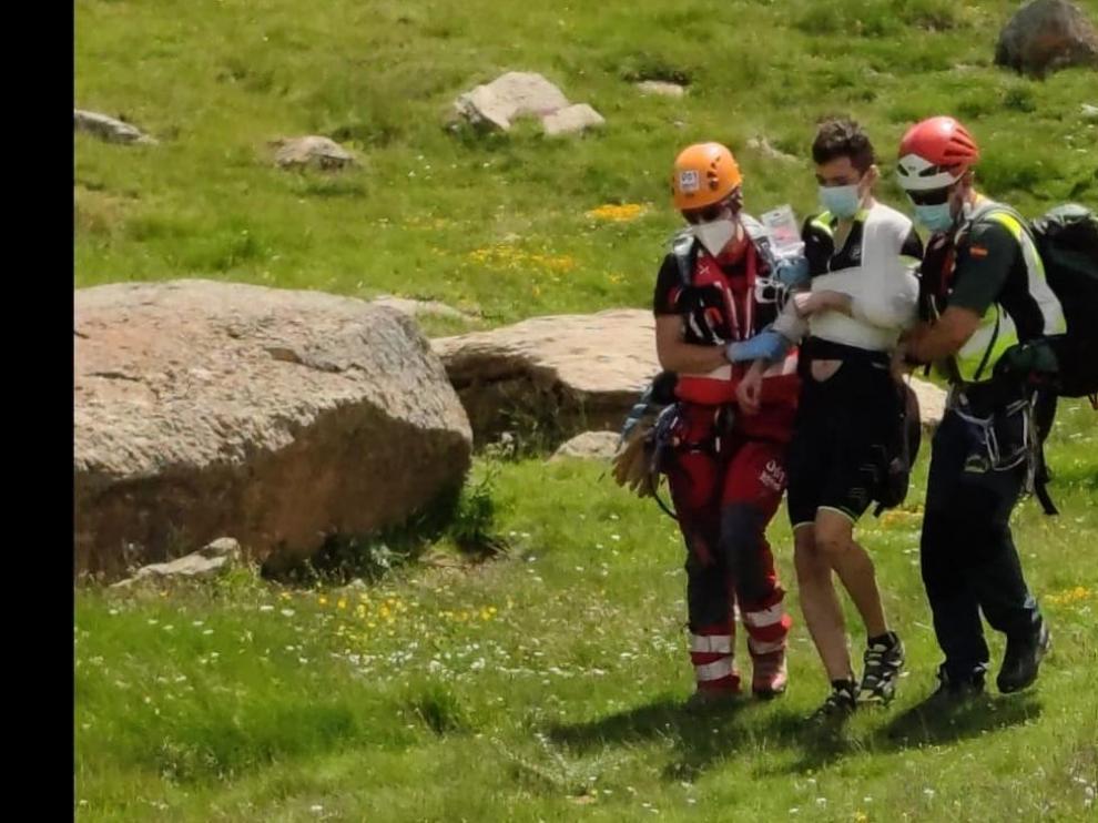Complicado rescate de un montañero enriscado en Sahún durante una fuerte tormenta de granizo