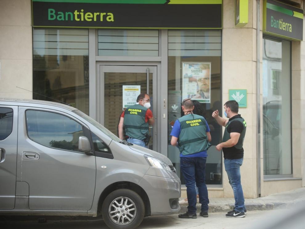La Guardia Civil busca a los atracadores de un banco de Almudévar