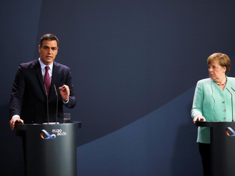 Sánchez pide ante Merkel superar vetos en el Consejo