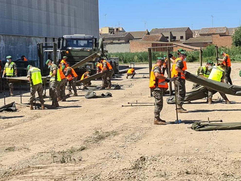 El Ejército inicia su labor en Albalate con la instalación de tres tiendas y 50 literas para los temporeros