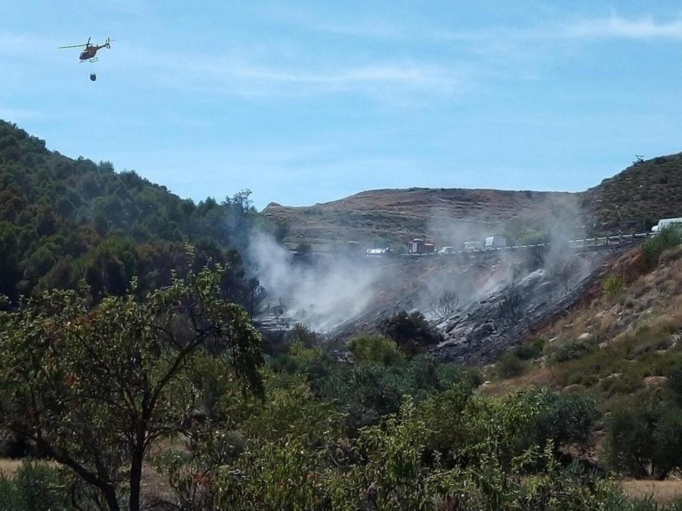 Extinguen un incendio y controlan otro junto a la N-II cerca de Fraga
