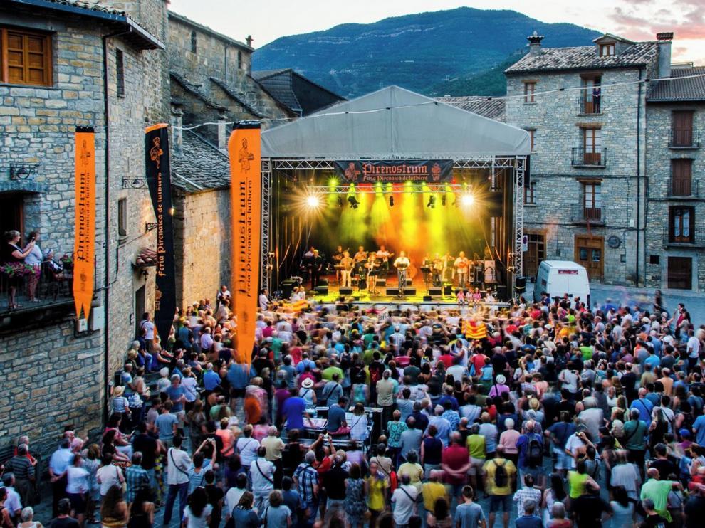 El eco de la música tradicional de patio en patio por Boltaña